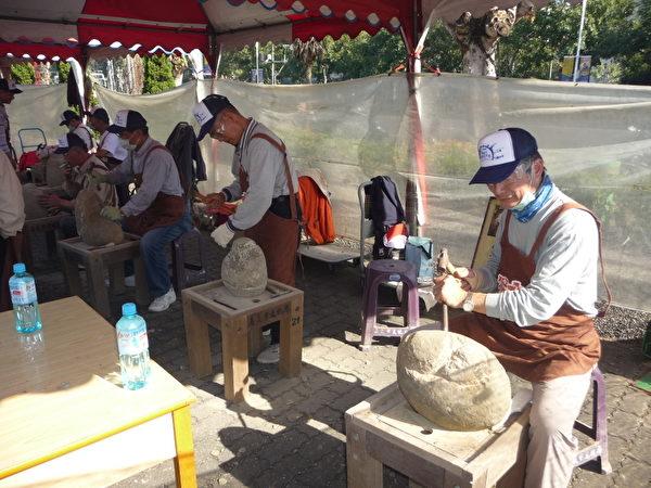 石猴户外创作强棒艺师正展开雕凿功夫,右起:石雕协会理事长张五达、七旬老艺师赖正先。  (摄影:苏泰安/大纪元)