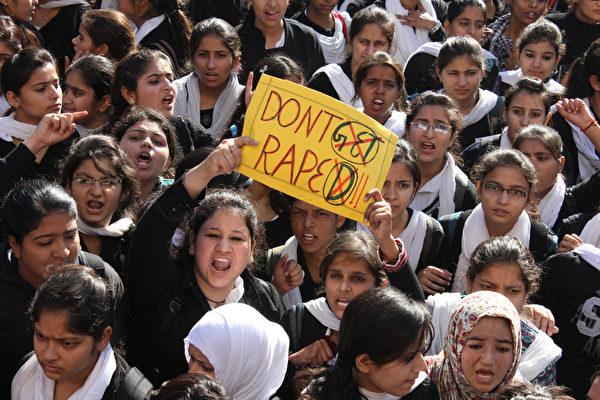 印度首都新德里,抗议民众走上街头针对16日发生的女性在公车上遭轮奸事件外,更对新德里强奸案件发生率不断升高,表达强烈不满。摄于2012年12月20日。(STRDEL/AFP)
