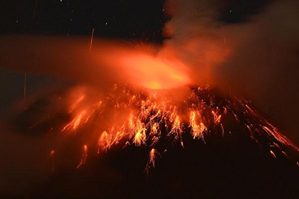 厄瓜多尔里奥班巴,附近的通古拉瓦火山(Tungurahua)从上周开始重新喷发,附近一些居民因此疏散。摄于2012年12月20日。(RODRIGO BUENDIA/AFP)