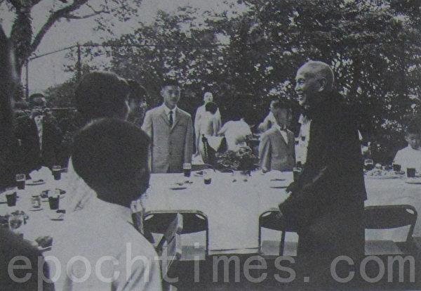 1968年9月7日,蒋夫人在士林官邸举办户外烤肉餐会,宴请侍卫人员及家属。蒋中正总统(右一)亲临致意。照片中央穿西服打领带的青少年,为侍卫长郝柏村的长子台北市长郝龙斌。(摄影:钟元翻摄/大纪元)