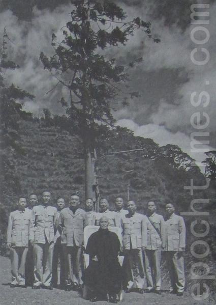 蒋中正总统在梨山一棵千年松前与侍卫人员合照,左五为侍卫长郝柏村。(摄影:钟元翻摄/大纪元)