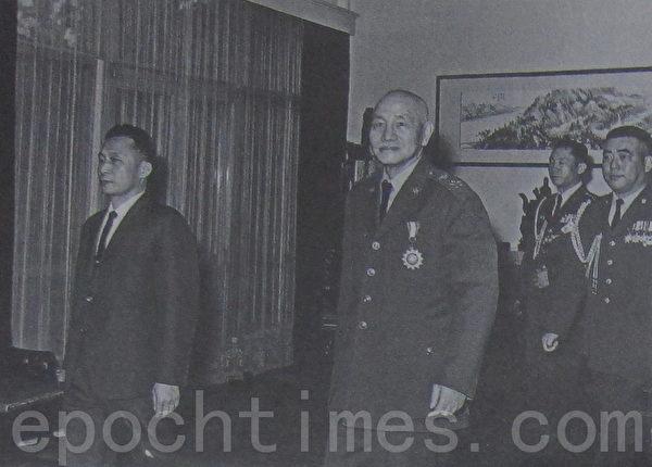 1966年2月,侍卫长郝柏村(右一)随扈蒋中正总统(右三)接待甫当选韩国总统朴槿惠的父亲韩国总统朴正熙(左一)。(摄影:钟元翻摄/大纪元)