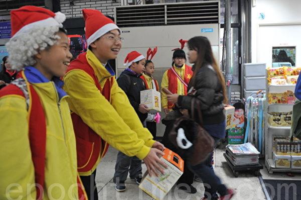 桃园慈文国中701班同学23日上午顶着寒风进行一场最夯的服务学习。(摄影:徐乃义/大纪元)