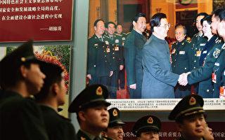 習近平在動盪中接棒,軍隊如何為改革保駕護航直接關係到中共的存亡。圖為18大前夕北京一照片展。(AFP)