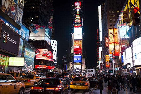 纽约时代广场广告牌上巨大的圣诞树(摄影:戴兵/大纪元)