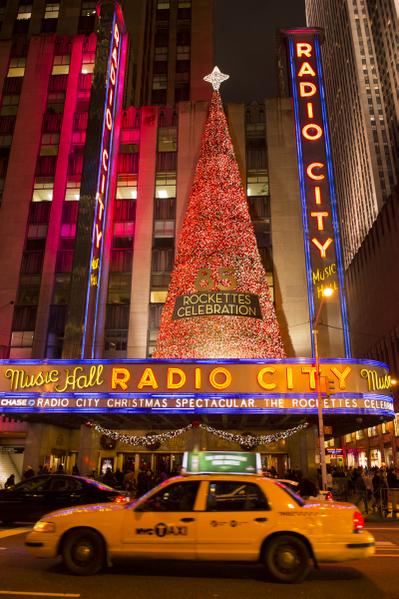 纽约浪漫圣诞夜,纽约第六大道的灿烂灯饰。(摄影:戴兵/大纪元)