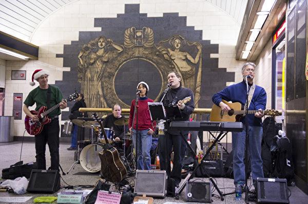 纽约圣诞夜Penn Station演出的街头乐队(摄影:戴兵/大纪元)