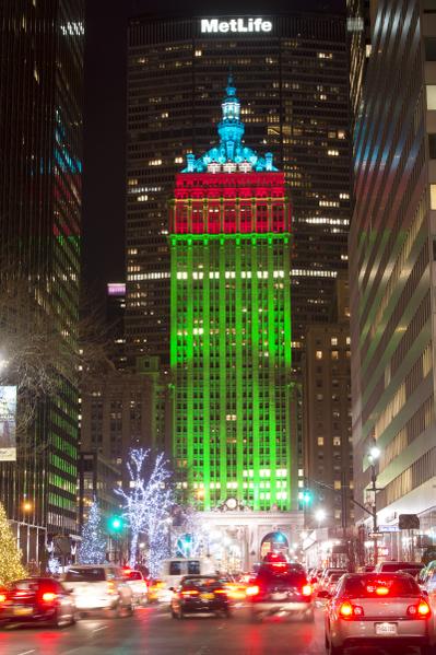 纽约圣诞夜公园大道(PARK AVE)装扮成圣诞树的THE HELMSLEY BUILDING(摄影:戴兵/大纪元)