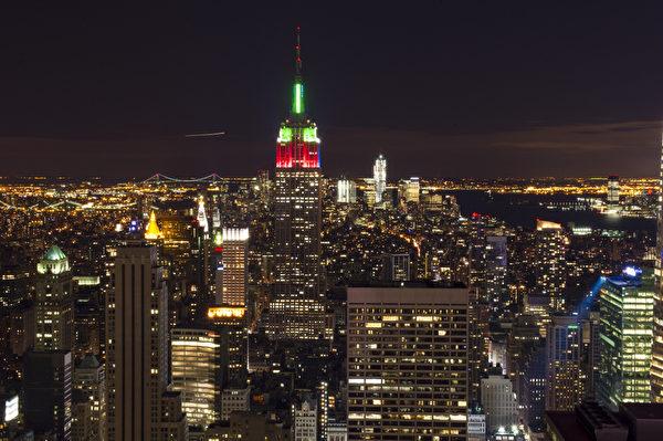 纽约圣诞夜曼哈顿装扮成圣诞树的帝国大厦(摄影:戴兵/大纪元)