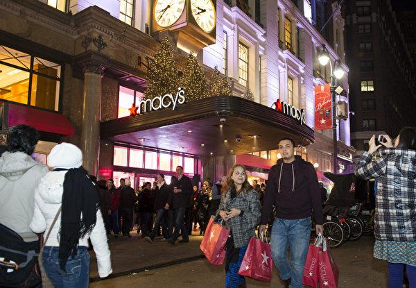 纽约圣诞夜梅西百货购物的人群(摄影:戴兵/大纪元)
