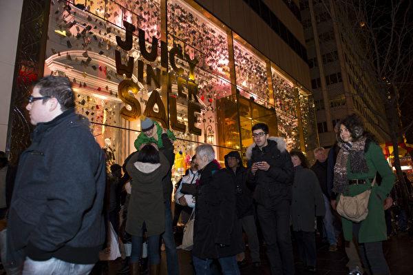 纽约圣诞夜第五大道欢乐的人群(摄影:戴兵/大纪元)