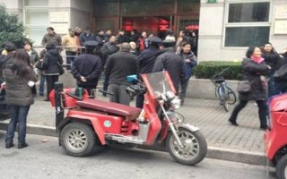 2012年12月20日,残疾人在黄浦区政府集访。(姚建军提供)