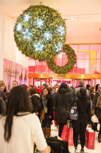 纽约欢乐圣诞夜梅西百货购物的人群(摄影:戴兵/大纪元)