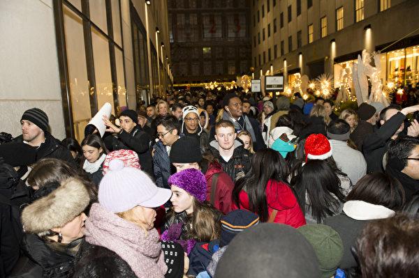 纽约圣诞夜人们涌向洛克菲勒中心(摄影:戴兵/大纪元)