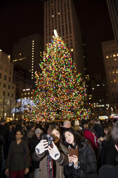 纽约圣诞夜洛克菲勒中心纽约最大的圣诞树人们争相留下难忘瞬间(摄影:戴兵/大纪元)