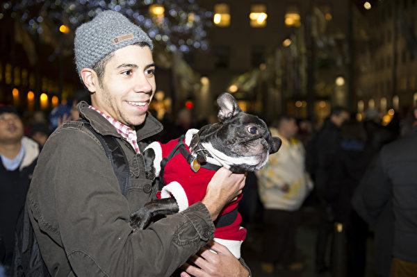圣诞夜宠物也穿上了圣诞盛装(摄影:戴兵/大纪元)