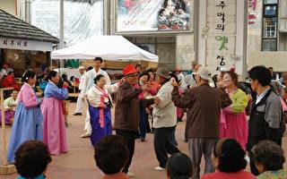 """一听到""""阿里郎阿里郎阿拉里呦"""",韩国人就顿时兴起,摇摆着双臂开始跳舞。在乡下的集市或活动时,经常能看到一个人开始唱阿里郎,周边的人们就三三两两地开始伴舞的情景。(照片=文化财厅提供)"""