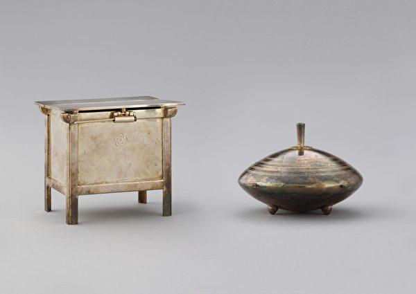 精緻小巧的銀飾品糧櫃和鍋子。糧櫃尺寸為6x9x7.8cm,鍋的直徑為6.2cm,高9.5cm,這是小裝飾品的尺寸。銀飾品分別存放在兩格的木箱裡,拉出木箱的抽屜就可以看到。這是為讓德惠翁主在日本想家時能賞玩而製作的。(照片提供:九州國立博物館)