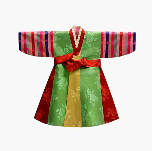 五色通身裙(20世紀初):據推斷是德惠翁主五歲之前穿過的五色通身裙。這件五色通身裙和一般的袍子樣子沒有太大區別,只是各部分用各種顏色相互協調而成。五色通身裙的五方色還包括各種顏色相互協調,包含了希望穿衣人能夠成長為一個擁有圓滿品性的人的內涵。(照片提供:文化學園服飾博物館)