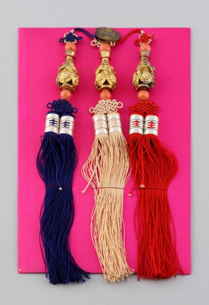 飾物(20世紀初):鍍金葫蘆瓶樣式的三作佩飾。頂部打有菊花結並穿著珊瑚扣。德惠翁主結婚時從高宗的繼妃金氏那裏收到的禮物。(照片提供:九州國立博物館)