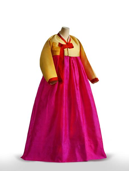 半回裝連衣褲和裙子:松花色的連衣褲和津粉紅裙。是未婚女子過門之前的代表性服飾。領子•袖口•腋下•衣帶用不同顏色的叫「三回裝」,只有領子•袖口•衣帶用不同顏色的則叫作「半回裝」。這件衣服用夏季常穿的麵料製成,精巧的做工使得上衣的曲線自然美麗。衣服胸部位置以相同方法縫製處理,讓這件上衣非常合身,充分體現了韓服的品質。(照片提供:文化學園服飾博物館)