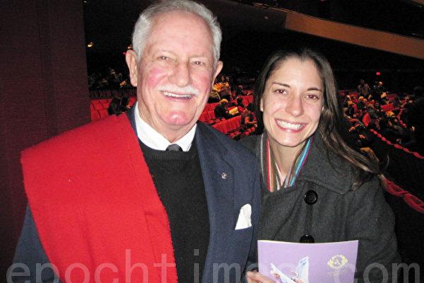 前美国大使肖恩•麦克尔多(Sean McArdle)和女儿南西(Nancy McArdle)观看了12月27日在圣地亚哥的神韵演出,赞叹其壮观精美。(摄影:杨婕/大纪元)
