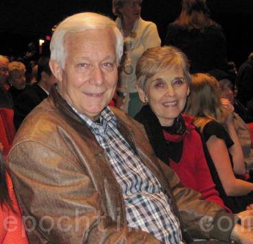 慈善嘉实基金会(Harvest Foundation)总裁鲍勃•莫菲特(Bob Moffitt)和太太观看了12月27日在圣地亚哥市政剧场的神韵演出,被舞蹈的优雅高贵所折服。(摄影:杨婕/大纪元)