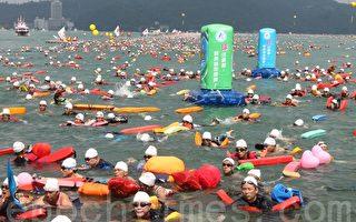 南投县获选台湾观光年历的的国际超级铁人三项系列赛,其中的万人泳渡日月潭活动,今年已迈入第30届,参与人数将近三万人。(摄影:林萌骞/大纪元)