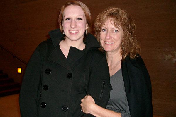 画家Cindy Johnson(右)和专业芭蕾舞演员Melody Johnson(左)一同观看神韵演出。(摄影:陈怡然/大纪元)