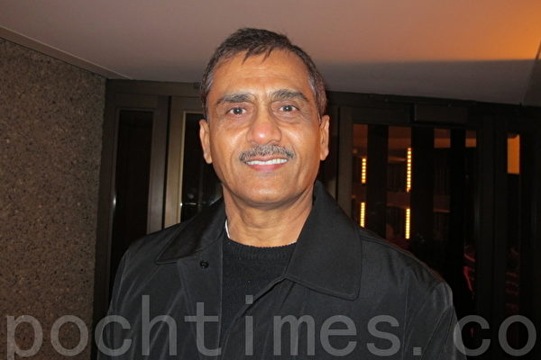 来自印度孟买的医生戴夫‧哈莫里亚(Dev Ramolia)非常赞叹和认同神韵将正统的普世价值观,很具体地融合在所有节目里。(摄影:梁耀/大纪元)