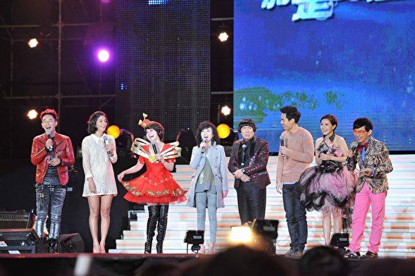 晚会由王彩桦(右三)以《保庇》揭开序幕,接着猪哥亮(左四)带着郭采洁(左二)和杨祐宁(左二)登场。(图/台视提供)