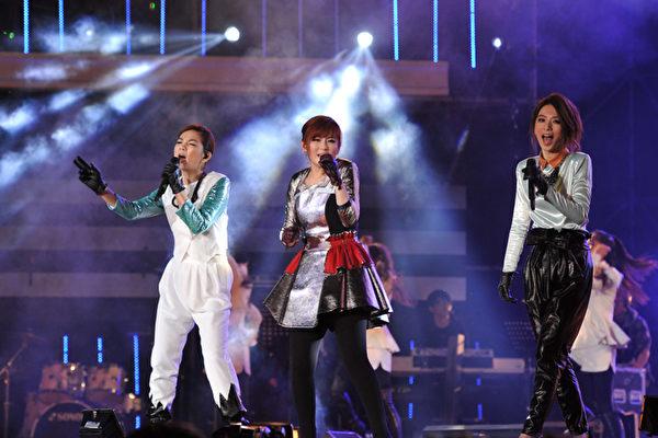 亚洲女子天团S.H.E,在台中跨年晚会表演长达40分钟。(图/台视提供)