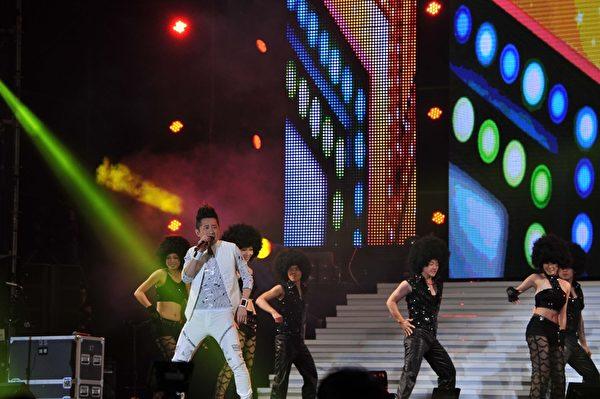 2013台中跨年新年第一响由哈林庾澄庆带来极具震撼力的表演。(图/台视提供)