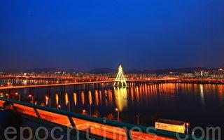 奥林匹克大桥夜景。(摄影:全宇/大纪元)