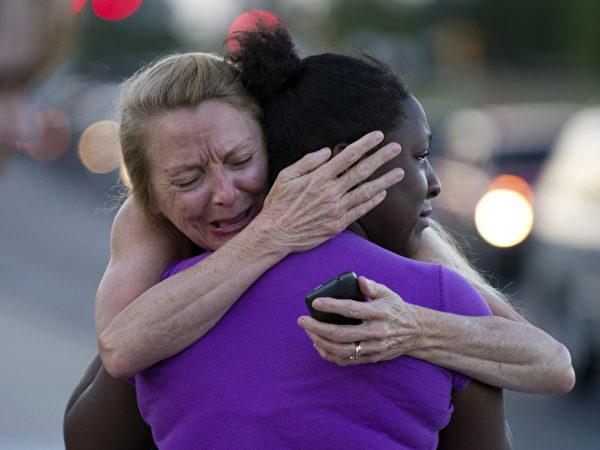 2012年7月20日,在科罗拉多州奥罗拉一家剧院举行《黑暗骑士崛起》首映式时,发生枪击案,造成12人死亡、71人受伤。(图/AFP)