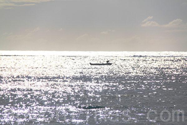 迎著朝阳乘着浪,即将要出航,希望新的一天可以满载而归。(摄影:戴德蔓/大纪元)