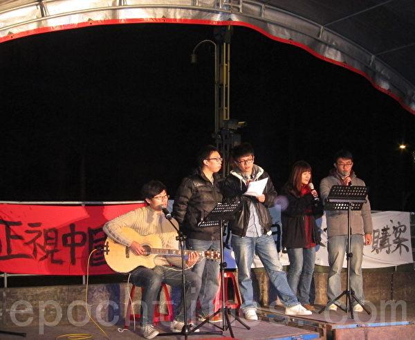 清大学生李岳、罗百吉等人以歌声表达反媒体垄断的青年心声。(摄影:钟元/大纪元)