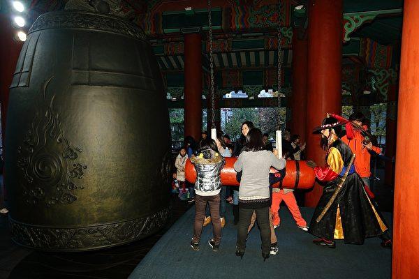 位于首尔钟路区普信阁钟楼的大钟。(摄影:全宇/大纪元)