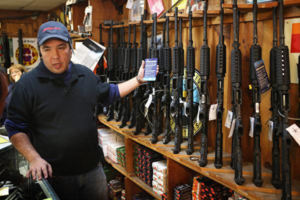 美国康州于2012年12月14日发生校园枪案后,民众趁具体禁枪令还未实施前,疯狂购买攻击步枪。图为伊利诺伊州一枪械商店内贩售的AR-15型步枪;据店内销售员表示,店内的突击步枪早已销售一空。(摄影:Scott Olson/Getty Images)