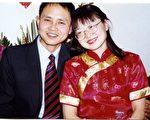 翻遍楊小晶的影集,她與丈夫曹東結婚九年,兩人的合影卻只有婚禮上的那次拍照。(圖片來源:明慧網)