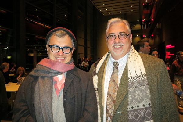 德州一家旅游公司老板John Rios(左)和西南航空公司部门经理Jeffory Jolly(右)结伴来观看神韵国际艺术团于1月2日在达拉斯 AT &T 表演艺术中心温斯皮尔歌剧院的首场演出。(摄影:李明希∕大纪元)
