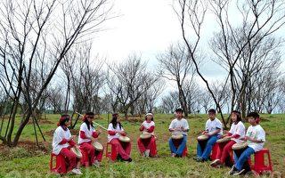 台东初鹿国小学生3日以鼓声迎接从台湾北部移植过来的樱花老树爷爷。(摄影:龙芳/大纪元)