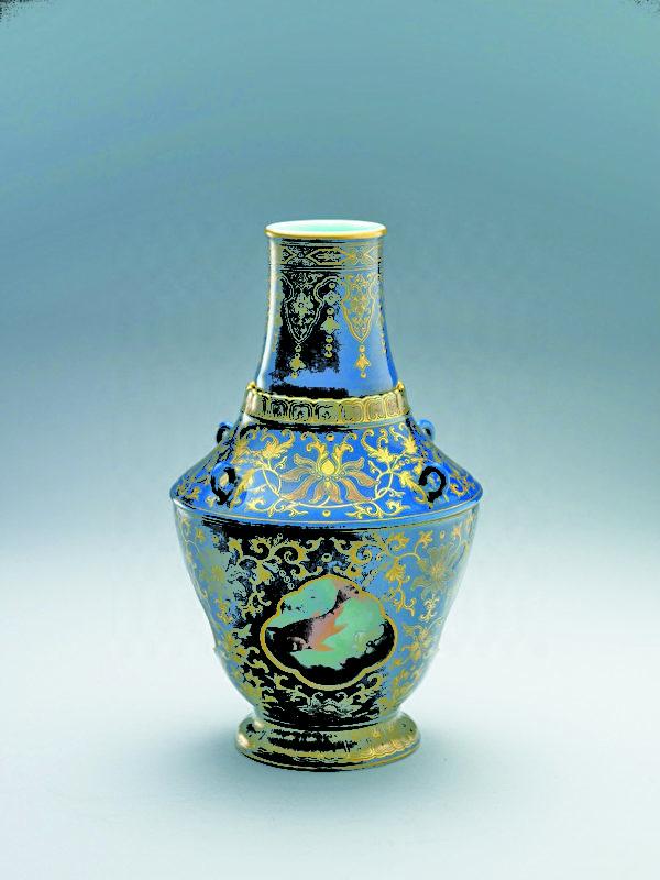 霁青描金瓷游鱼转心瓶(图:故宫博物院提供)