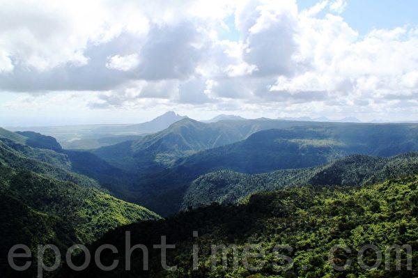 火山口附近的黑河谷,群山绵延。(摄影:戴德蔓/大纪元)