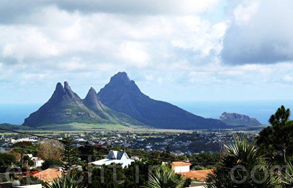 从火山口所在处眺望丘比镇容,秀丽景观尽收眼底。(摄影:戴德蔓/大纪元)