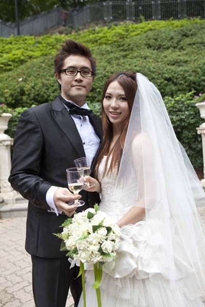 """2013年的1月4日,因谐音为""""爱你一生一世"""",而被称为""""万年真爱日""""。香港共有五百多对新人,选择这一天共谐连理。而在大陆多个城市,也掀起结婚高潮。(摄影:余钢/大纪元)"""