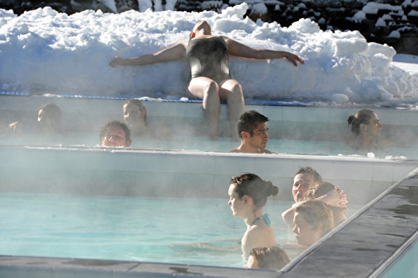 2012年1月3日,法国比利牛斯山地区 Balnea 热温泉,游客在这里不仅可以泡温泉,还能欣赏到怡人的美景。(PASCAL PAVANI/AFP)