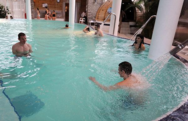 2012年1月3日,法国比利牛斯山地区 Balnea 热温泉,享受室内的罗马浴。(PASCAL PAVANI/AFP)
