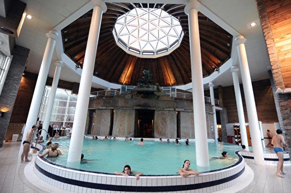 2012年1月3日,法国比利牛斯山地区Balnea热温泉,享受室内的罗马浴。(PASCAL PAVANI/AFP)