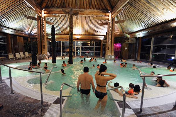 2012年1月3日,法国比利牛斯山地区 Balnea 热温泉,室内的印度浴。(PASCAL PAVANI/AFP)